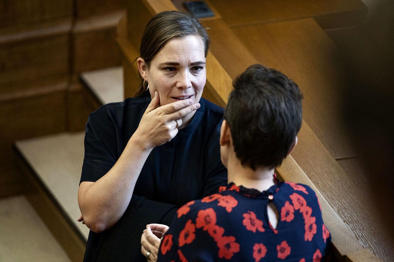Social- og Indenrigsminister Astrid Kragh (S) i samtale med Pia Olsen Dyhr (SF) til møde i Folketingssalen. (Foto: Ida Guldbæk Arentsen/Ritzau Scanpix)