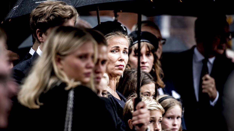 Henriette Zobel foran kirken efter at eksmanden Peter Zobel fredag den 8. september 2017 blev bisat fra Sankt Pauls Kirke i København.