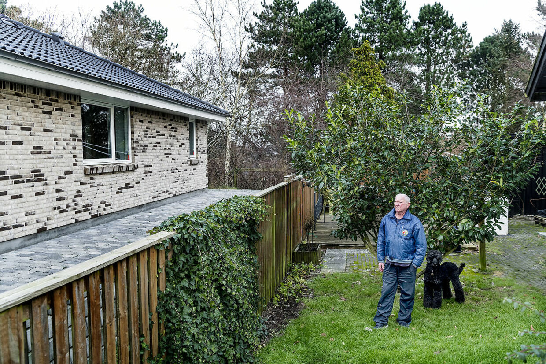Søren Mandrup er vred over, at Hillerød Kommune har givet naboen lov til at bygge et hus og gangsti 1,4 meter over terræn.
