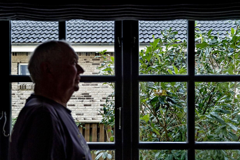 Søren Mandrup er skuffet over kommunen, der gav hans nye nabo lov til at rive det gamle hus ned, hæve det meste af grunden med næsten halvanden meter og bygge et nyt lige op ad skellet. Før havde Søren en skøn udsigt fra sit køkken, nu ser han direkte ind i naboens murstenshus.