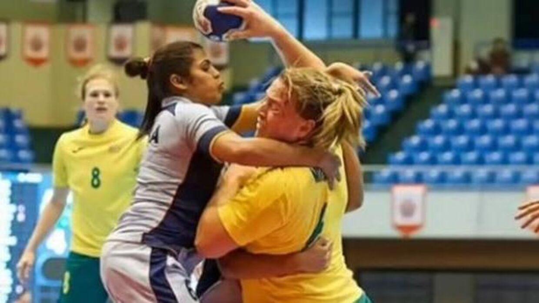 Hannah Mouncey i aktion mod de indiske håndboldkvinder ved de asiatiske mesterskaber. Foto: Youtube.