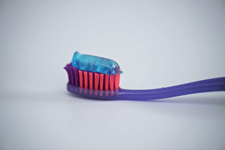 Tandbørste og tandpasta fotograferet torsdag den 26. juli 2018.