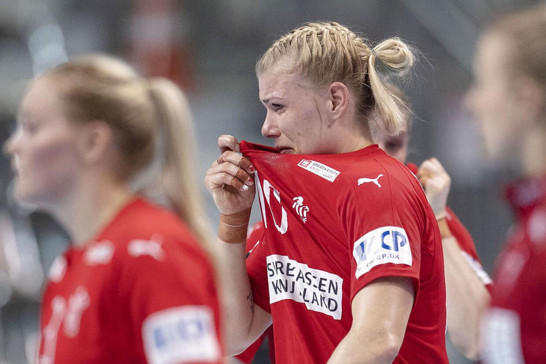 En grædende Kathrine Heindahl forlader banen efter Danmarks VM-kamp mod Serbien.