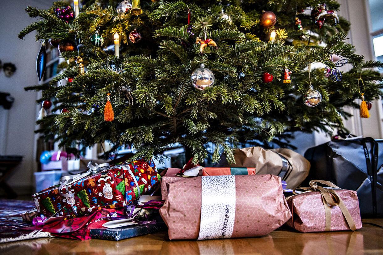 Julegaver under juletræ i Aalborg, juleaftensdag, mandag 24. december 2018.Man skal være opmærksom på, hvilke rettigheder man har, når julegaverne skal byttes, oplyser Forbrugerrådet Tænk. Det skriver Ritzau, onsdag den 26. december 2018.. (Foto: Henning Bagger/Ritzau Scanpix)