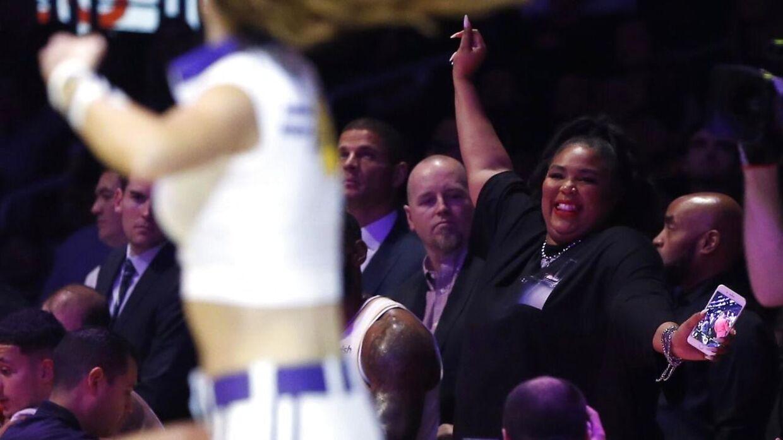 Den amerikanske rapper Lizzo gav den hele armen (og bagdelen), da hun var til basketballkamp i weekenden.