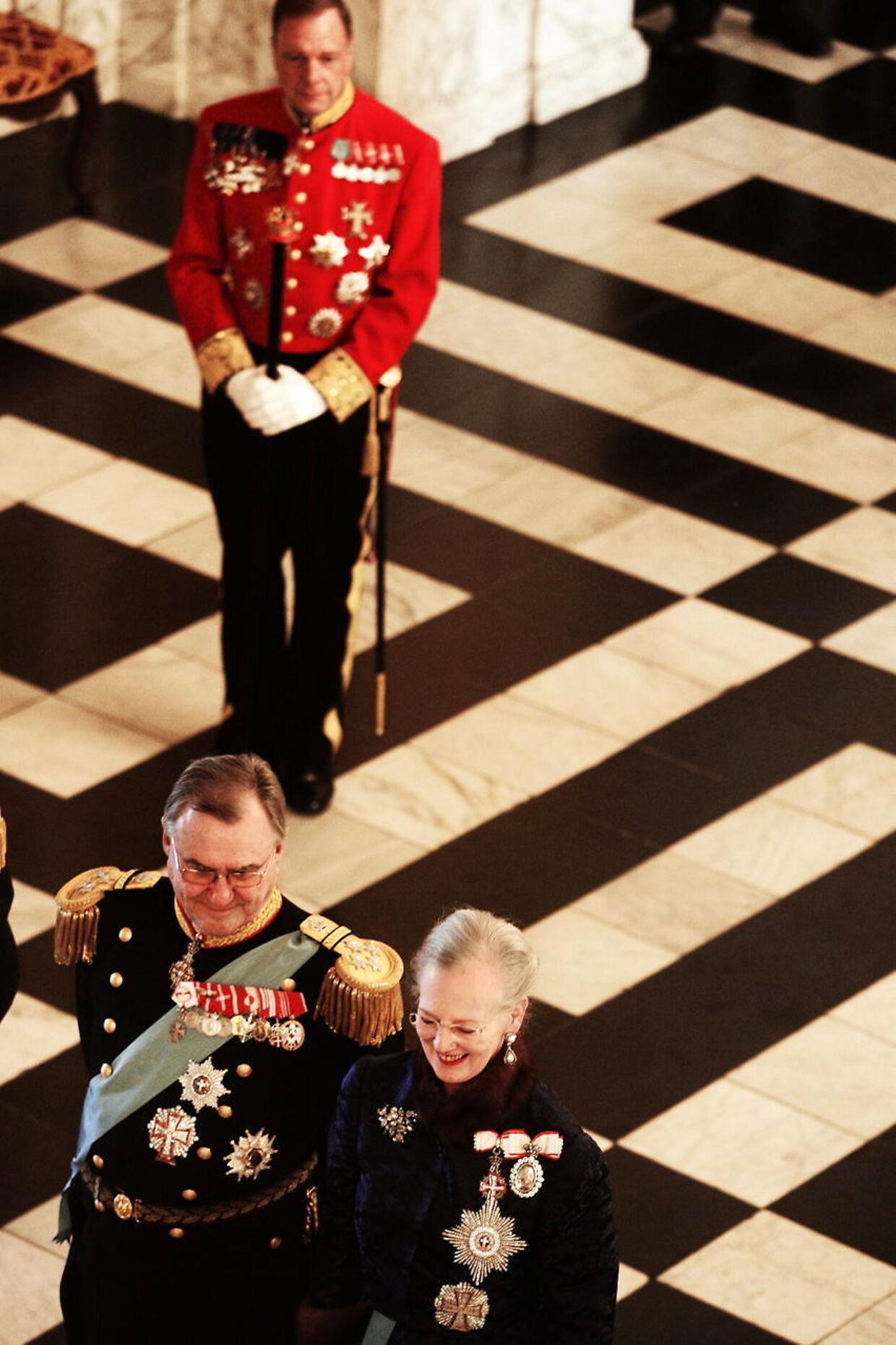 Ceremonimesteren har med militær præcision styr på den mindste deltalje. Og holder sig altid diskret i baggrunden. Her med regentparret til nytårskur for det diplomatiske korps.