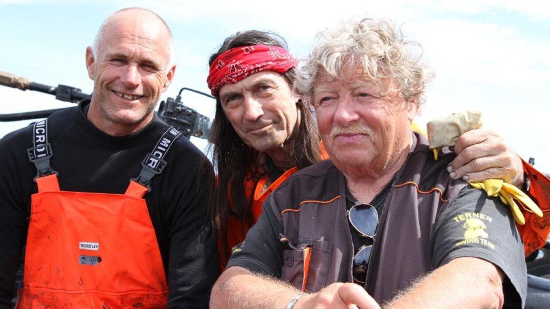 'Indianer-Stig' (i midten) fortæller, at han og 'Dynamit-Aage' (til højre) har arbejdet med sammenlagt 1200 vrag verden over.