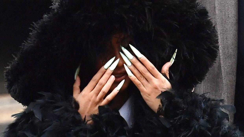 Cardi B mødte op med frisk-polerede negle i retten tirsdag.