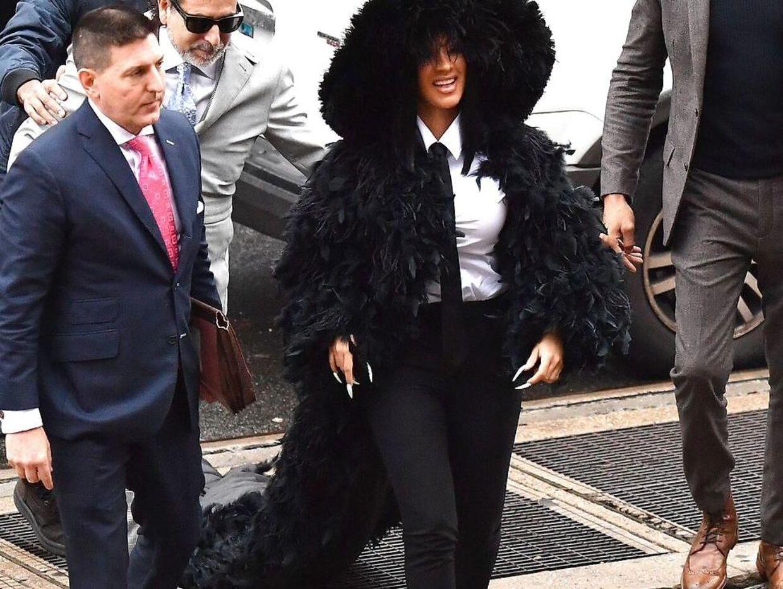 Cardi B i sin fjer-fyldte jakke med langt slæb.
