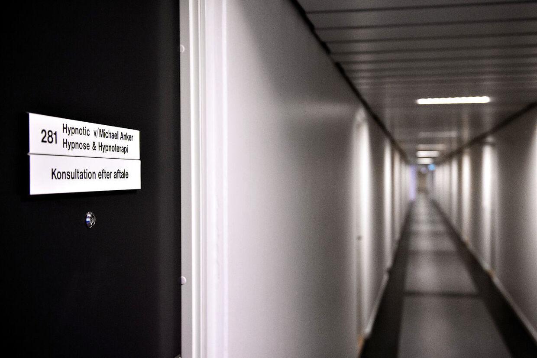 Gangen, der løb lige uden for døren til Michael Ole Anker Poulsens klinik, hvor han over en periode på mindst seks år krænkede og voldtog en lang række kvinder.