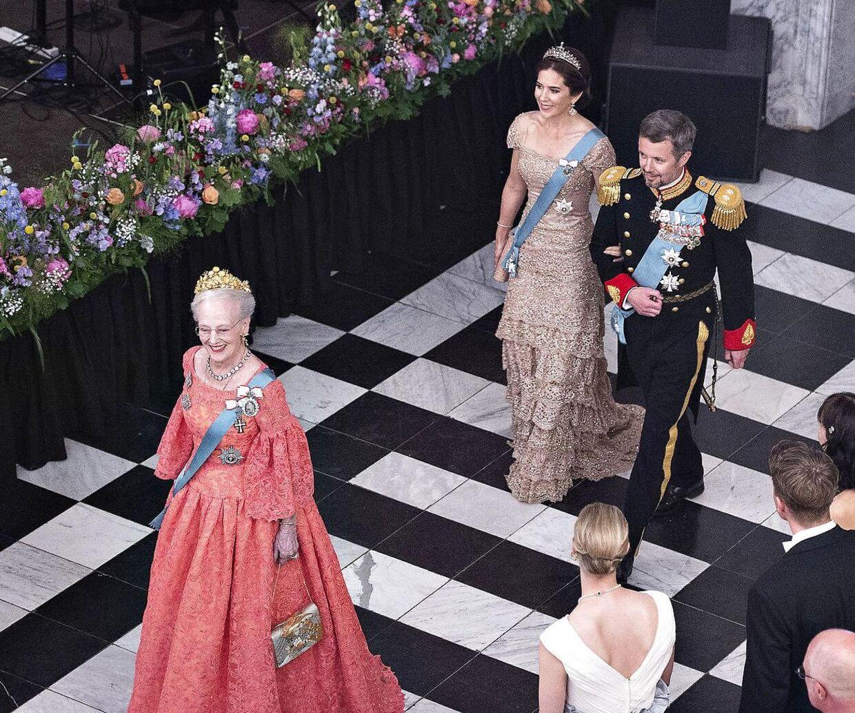 Dronningen skulle overveje at overlade tronen til sin søn, kronprins Frederik, mener kongehusekspert Sebastian Olden-Jørgensen.