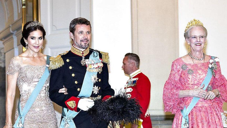 Der kan være fordele ved, hvis kronprinsen snart kunne kalde sig konge, mener kongehusekspert Sebastian Olden-Jørgensen.
