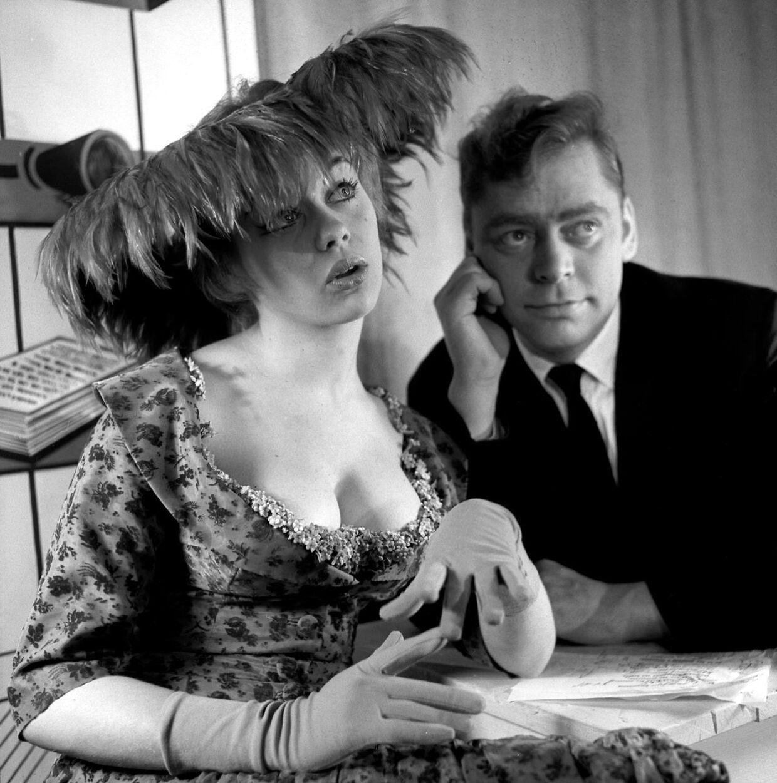 Judy Gringer og Dirch Passer i den legendariske sketch 'Babs og Nutte', hvor han er forsikringsmanden, der fejlagtigt tror, at det er brysterne, hun ønsker at tegne forsikring på.