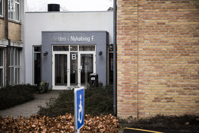 En 31-årig mand er ved Retten i Nykøbing Falster idømt 12 års fængsel for at have dræbt en 32-årig mand med et knivstik. Motivet skulle være, at offeret havde kysset hans kæreste. Den 31-årige nægter sig skyldig i drab, men har erkendt vold med døden til følge, og han har anket sagen til landsretten. (Arkivfoto). Simon Læssøe/Ritzau Scanpix