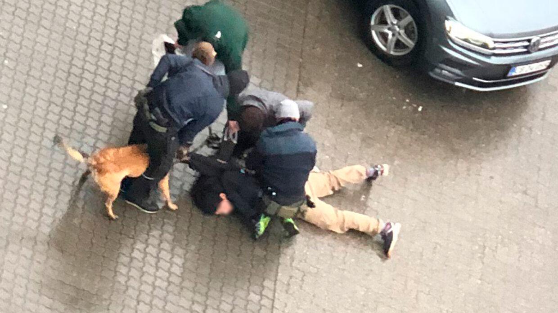 Ved anholdelsen af den ene 26-årige blev han både bidt af en politihund og fundet i besiddelse af en ulovlig foldekniv.