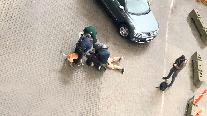 Anholdelsen af den ene tiltalte skete klokken 12.43 onsdag 11. december 2019 på parkeringspladsen bag Cabinn Metro Hotel ved indkøbscenteret Field's i Ørestaden i København.
