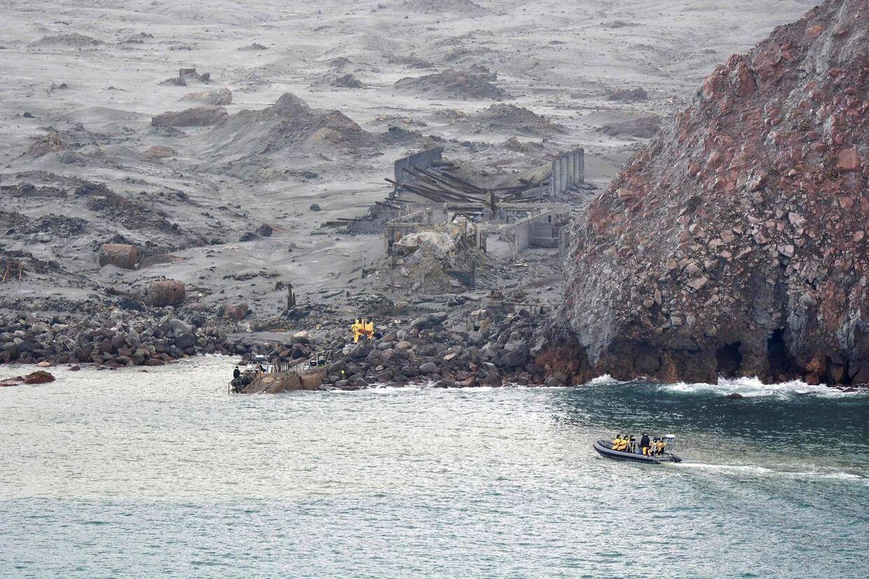 Specialister bjerger de omkomne fra vulkanudbruddet på White Island, New Zealand.