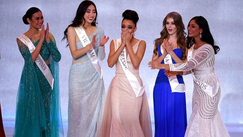 Her fem af finalisterne samlet. I midten Frankrigs bud på verdens smukkeste.