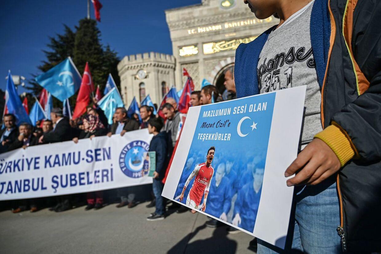 Demonstation mod Kinas behandling af uighurere efter Mesut Özil viste uighurerne støtte på de sociale medier.