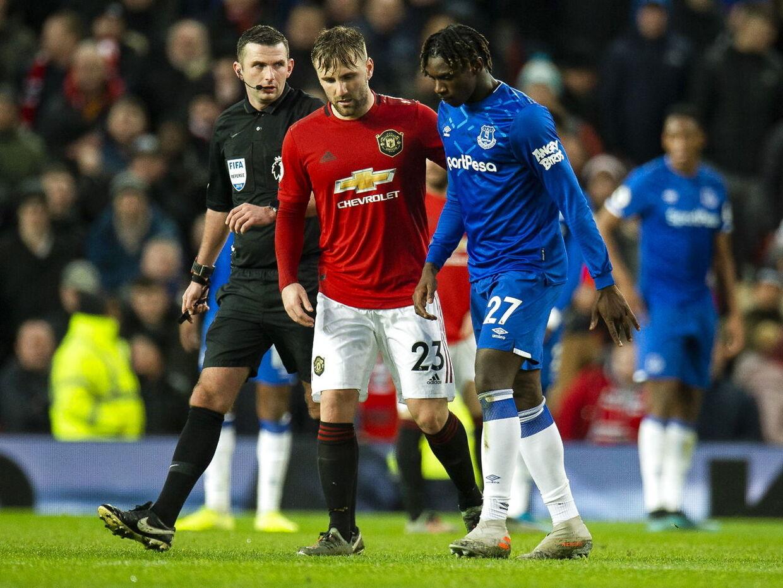 Manchester Uniteds Luke Shaw hjalp Moise Kean fra banen.