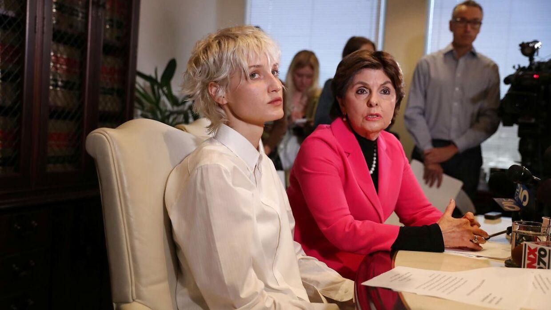 31-årige Jane Doe 15 (t.v.) og advokaten Gloria Allred under pressemødet tilbage i november.