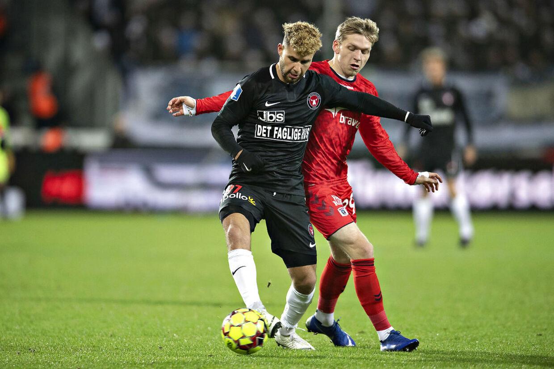 FCM's Emiliano Marcondes i duel med AGF's Bror Blume under søndag aftens Superliga-kamp i Herning.