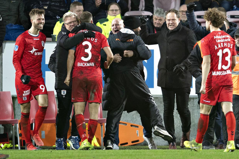 AGF-bænken jubler efter sejren mod FC Midtjylland.