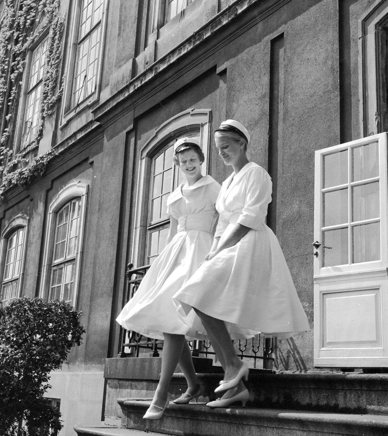 Dronning Margrethe og Birgitta Hillingsø har været veninder, siden de var ti år. Her ses de, da de blev studenter.