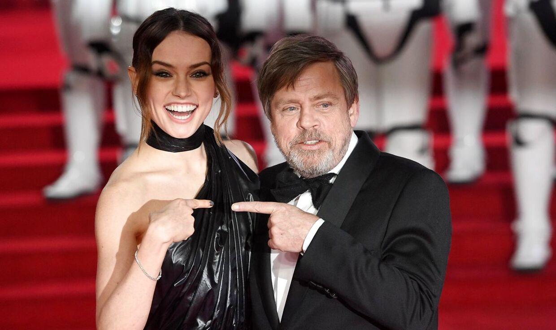 Daisy Ridley sammen med 'Star Wars'-kollegaen Mark Hamill.