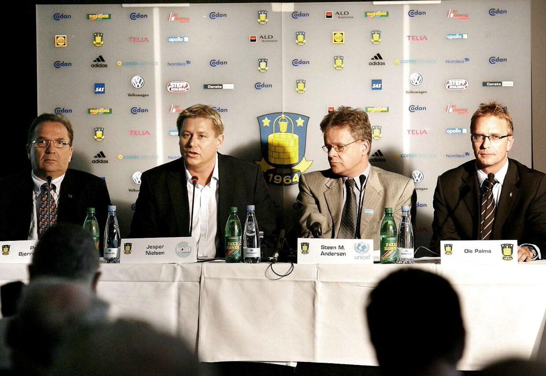 Jesper Nielsen (anden fra venstre) præsenterede i oktober 2007 sit historiske store fem-årige sponsorat af Brøndby på et pressemøde.