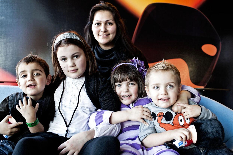 Stephanie med mor og søskende i 2010.