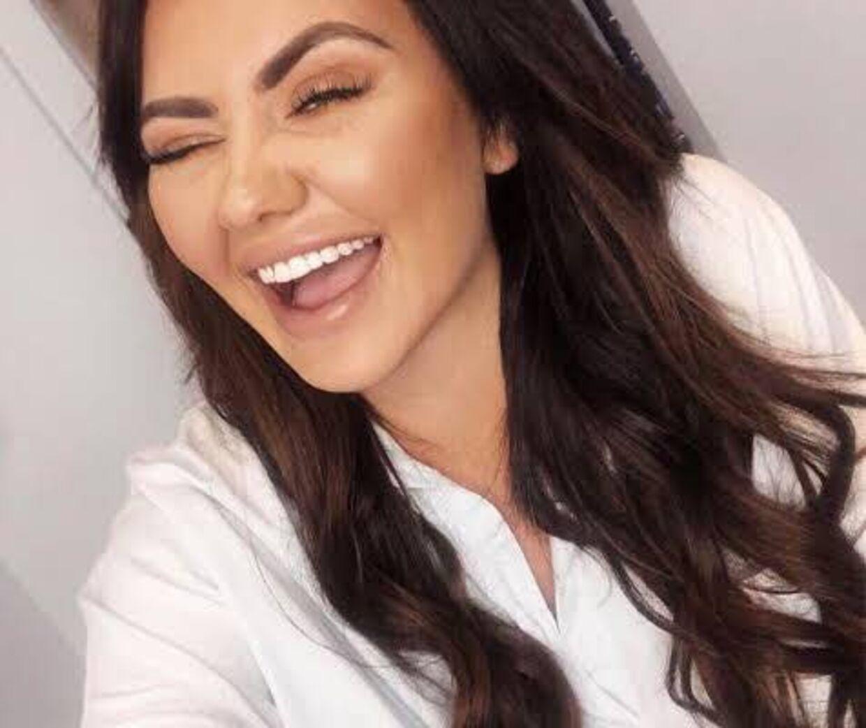 Fie Laursen har aldrig været tilfreds med sine tænder, selvom hun har haft bøjle på. Her er bloggerens tandsæt før operationen.