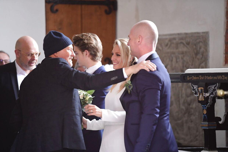 Lasse Sjørslev og Josefine Høgh bliver gift i Sankt Laurentii Kirke i Kerteminde. Det var selvfølgelig fodbold-legenden Lars Høgh, der første sin datter op ad kirkegulvet.