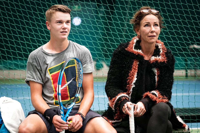 Holger Rune i selskab med sin mor og manager Aneke Rune under et træningspas i december 2019.