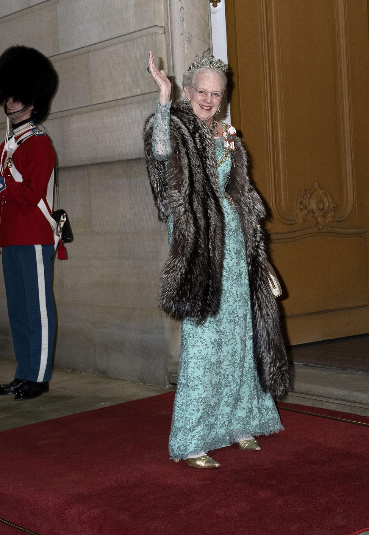 Dronning Margrethe ankommer til nytårstaffel. Hun får seks ud af seks stjerner for valg af kjole. (foto Keld Navntoft/Ritzau Scanpix )