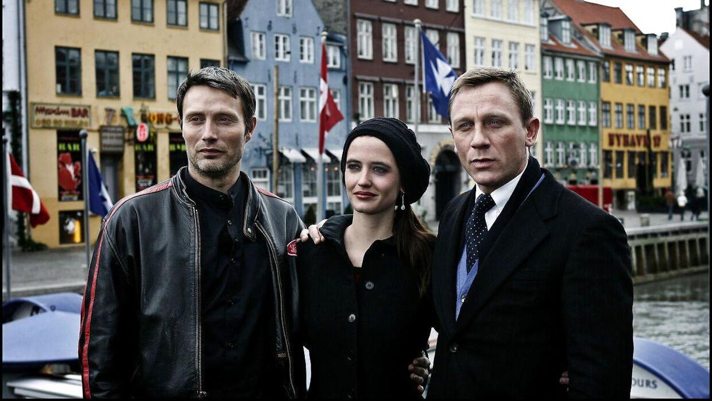 Mads Mikkelsen medvirkede i 2006 i James Bond-filmen 'Casino Royale', hvor han spillede skurken Le Chiffre. Her ses Mads Mikkelsen i Nyhavn sammen med to af filmens øvrige hovedpersoner Daniel Craig og Eva Green, der spillede henholdsvis James Bond og bond-baben Vesper Lynd i filmen.