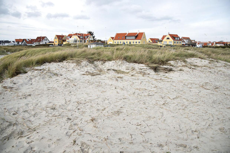 Den ødelagte fredede klit ved Skagen Sønderstrand, hvor en gummiged i nattens mulm og mørke har fjernet toppen af et stort klitområde og skubbet sandet ned på stranden.
