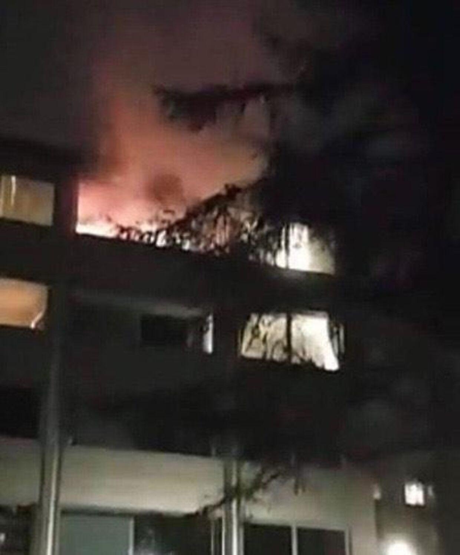 Brand i beboelsesejendom efter unge har kastet fyrværkeri op i en altan.