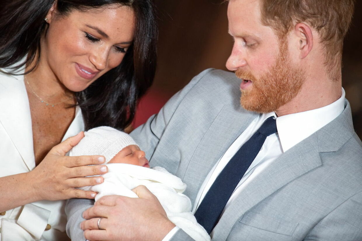 epa07555748 The Duke and Duchess of Sussex with their baby son, who was born on Monday morning, during a photocall in St George's Hall at Windsor Castle in Winsdor, Britain, 08 May 2019. EPA/Domic Lipinski / PA EDITORIAL USE ONLY/NO SALES