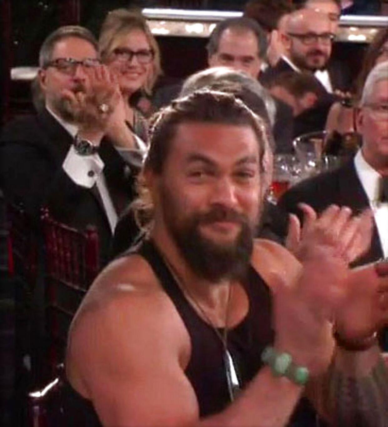 Han var omgivet af mænd i kjole og hvidt, men selv foretrak Jason Momoa det lidt mere afslappede look. (Foto: Scanpix)