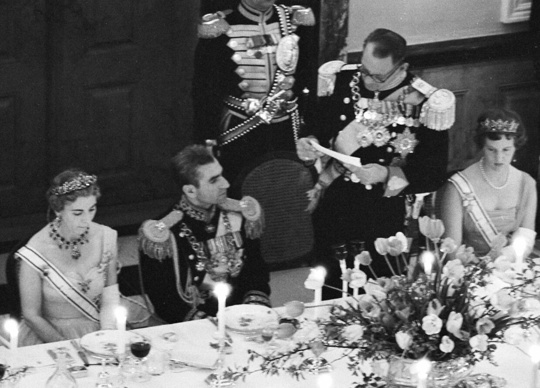 Kong Frederik IX holder tale for shahen af Persien (Iran) Mohammad Reza Pahlavi i forbindelse med hans besøg i Danmark. Fra venstre dronning Ingrid, shahen, kong Frederik IX og prinsesse Margrethe.