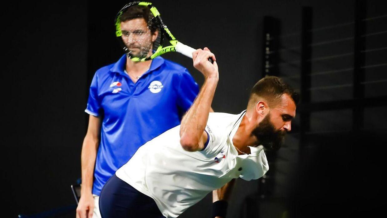 Benoit Paire smadrer sin ketcher efter at have tabt andet sæt ved ATP Cup i Brisbane mod Dusan Lajovic.