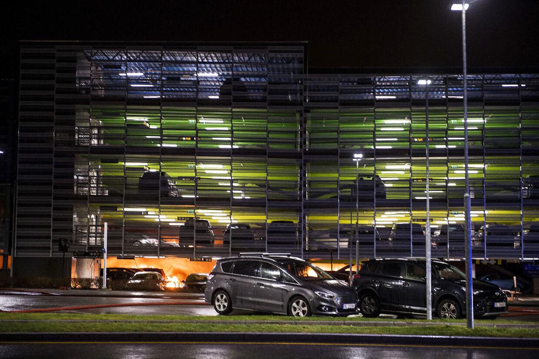 Voldsom Brand Parkeringshus I Stavanger Luthavn Kollapser Delvist