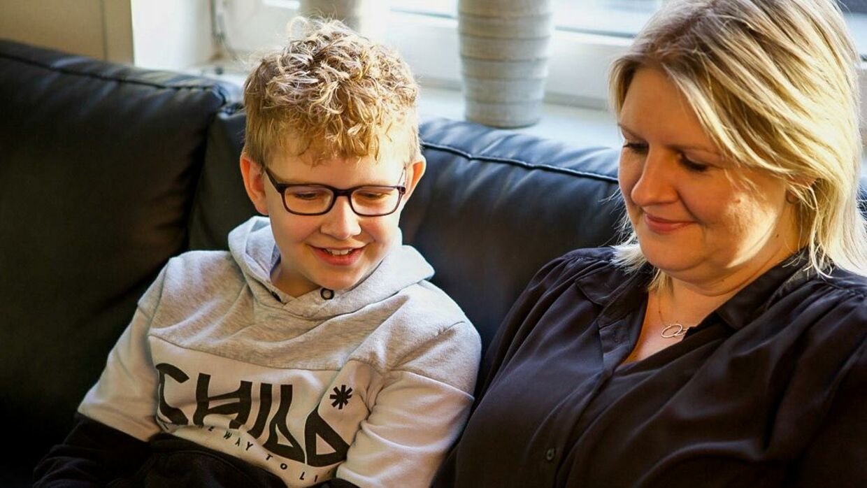 Marcus med sin mor, Camilla Lorenzen. Foto: Emma Laycock/Byrd.