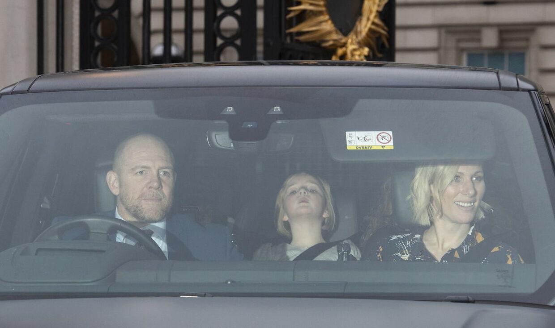 Zara Tindall med sin mand, Mike Tindall, og datter Mia Grace forlader Buckingham Palace efter den traditionsrige frokost 18. december denne jul.