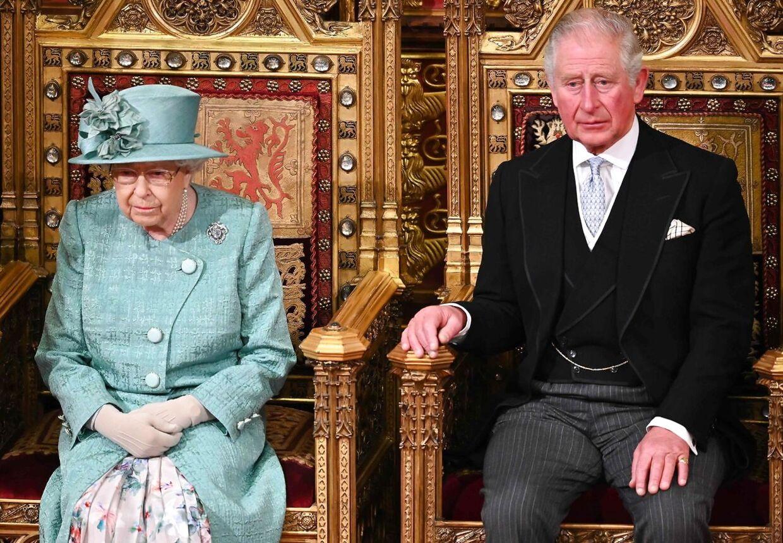 Hverken dronning Elizbeth eller prins Charles var angiveligt orienteret, før Harry og Meghan offentliggjorde deres opsigtsvækkende meddelelse onsdag. Her er mor og søn fotograferet ved åbningen af det britiske parlament i december 2019.