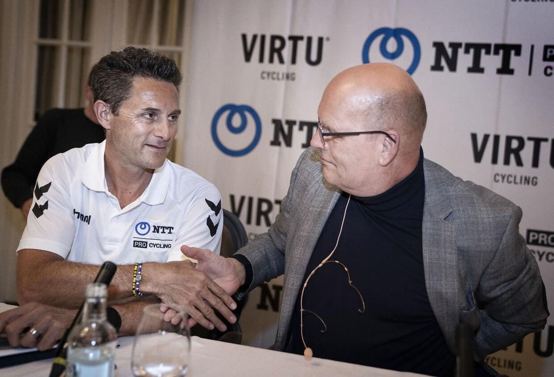 Onsdag blev det meddelt, at Team Virtu anført af Bjarne Riis køber en tredjedel af Team NTT og bliver en del af World Tour-holdet. Her sidder Bjarne Riis (th.) med Team NTT-boss Douglad Ryder ved pressemødet på Hotel D'Angleterre.