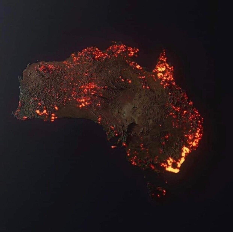Illustrationen er ikke et virkeligt billede af brandene i Australien, men en illustration skabt af Anthony Hearsey, der beretter, at billedet er blevet til på baggrund af data indhentet i perioden fra 5. december 2019 til 5. januar i år. Ikke alle områder brænder samtidig, men der er tale om 'en sammensætning'. Billedet giver altså ikke et sandfærdigt billede af brandkatastrofens omfang.