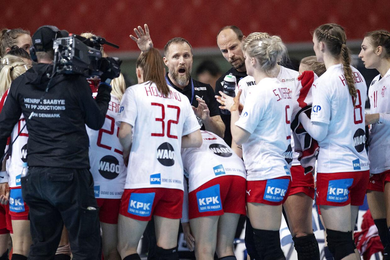Klavs Bruun Jørgensen i aktion under en timeout ved december måneds håndbold-VM, hvor det danske kvindelandshold blev nummer ni.