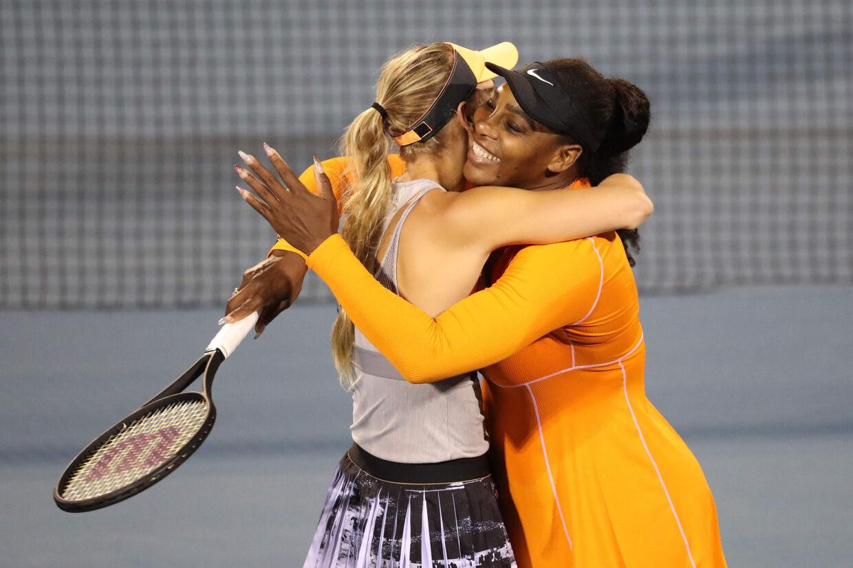 Serena Williams og Caroline Wozniacki krammer hinanden efter at have sikret pladsen i doublefinalen. Michael Bradley/Ritzau Scanpix